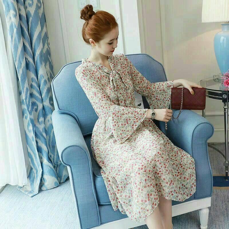 Dress4090 Maxi Dress แม็กซี่เดรสยาวลายดอกไม้พื้นสีครีม เอวสม็อคยางยืด คอผูกโบว์ แขนยาวระบาย มีซับในช่วงกระโปรง ผ้าชีฟองเนื้อดีนุ่มมีน้ำหนักทิ้งตัวพริ้วสวย งานดีดูสวยแพง ผ้านุ่มใส่สบาย