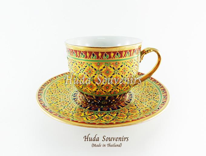 ของที่ระลึก แก้วกาแฟเบญจรงค์ ทรงกลม ลวดลายดอกพิกุล โทนสีเหลือง ลายเนื้อนูนเคลือบผิวด้าน สินค้าพร้อมส่ง (ราคาไม่รวมกล่อง)