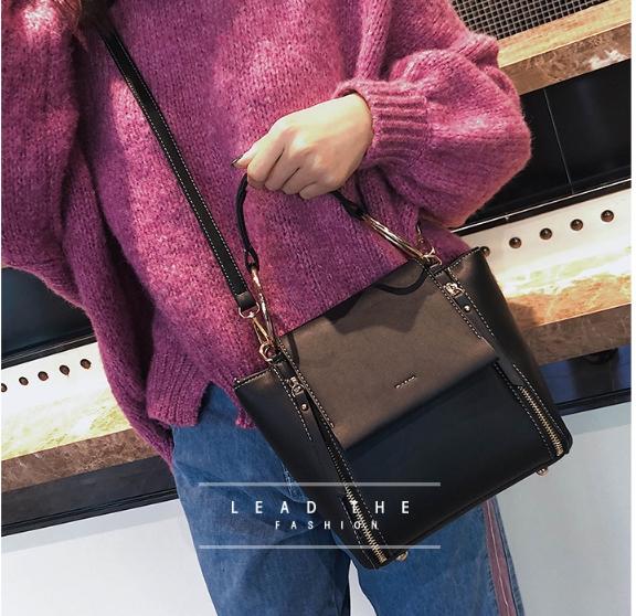 [ พร้อมส่ง ] - กระเป๋าถือ/สะพาย สีดำคลาสสิค ขนาดกลางๆ ดีไซน์สวยเรียบหรู ดูดี ไม่ซ้ำใคร งานหนังคุณภาพดีค่ะ