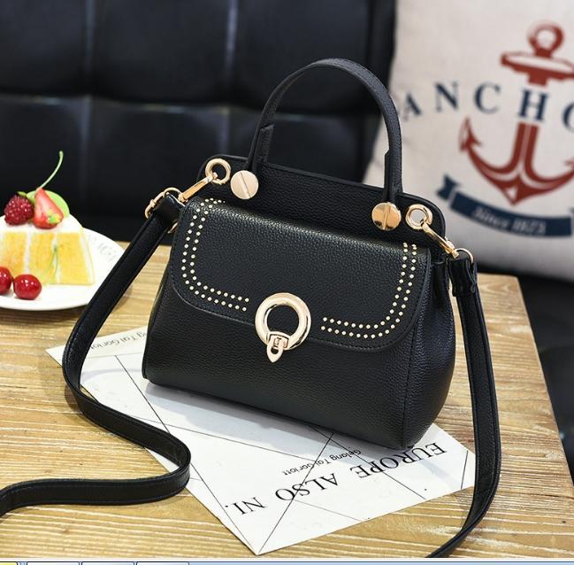[ พร้อมส่ง ] - กระเป๋าแฟชั่น ถือ/สะพาย สีดำ ขนาดกระทัดรัด ปักหมุดเท่ๆ ทรงตั้งได้ ดีไซน์สวยเก๋ ดูดี งานหนังสวยมากค่ะ