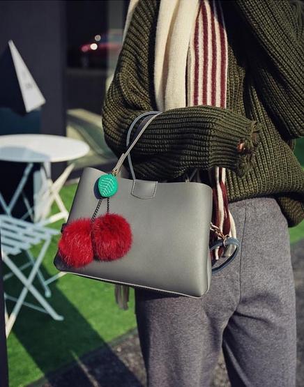 [ Pre-Order ] - กระเป๋าแฟชั่น ถือ/สะพาย สีเทาเข้ม ทรงสี่เหลี่ยมขนาดกระทัดรัด ดีไซน์สวยเรียบหรู ดูดี งานหนังคุณภาพ คุ้มค่าการใข้งาน