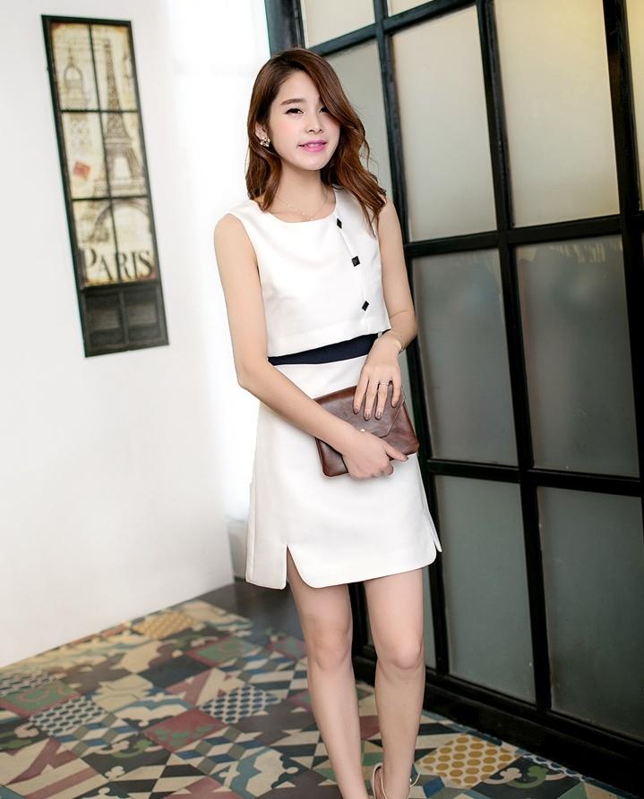 """size L """"พร้อมส่ง""""เสื้อผ้าแฟชั่นสไตล์เกาหลีราคาถูก เดรสสีขาวแขนกุด แต่งกระดุมหลอกสีดดำ3เม็ดที่หน้าอก ซิปหลัง ช่วงเอวสีดำ ตัวเสื้อตัวนอกด้านหน้าไม่ได้เย็บติดกับกระโปรง ผ่าชายกระโปรง มีซับใน"""