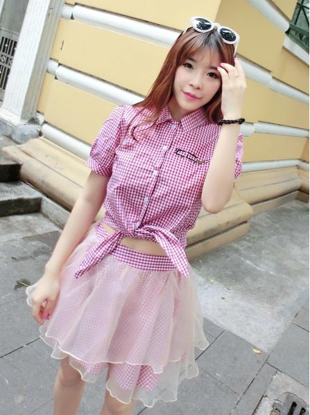 """""""พร้อมส่ง""""เสื้อผ้าแฟชั่นสไตล์เกาหลีราคาถูก set 2 ชิ้น เสื้อเชิ้ตลายสก๊อตสีแดงขาว ชายยาวไว้ผูกเอว +กระโปรงสีเดียวกันมีผ้าโปร่งคลุม2ชั้น ไม่มีซับใน"""
