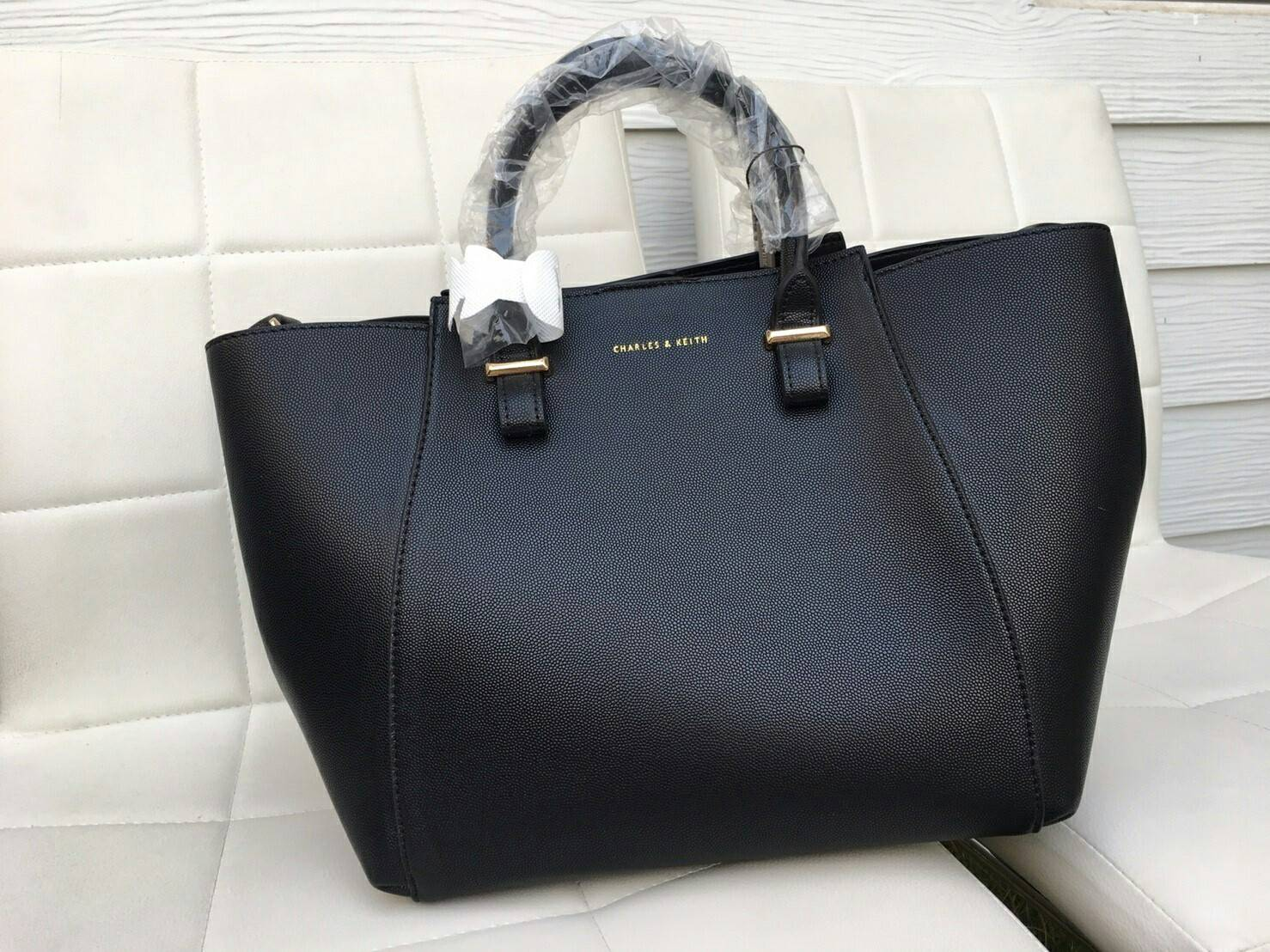 CHARLES & KEITH กระเป๋าทรงสวย รุ่นนี้มีกระเป๋าใบเล็ก แยกถือได้มาให้ด้วยนะค่ะ