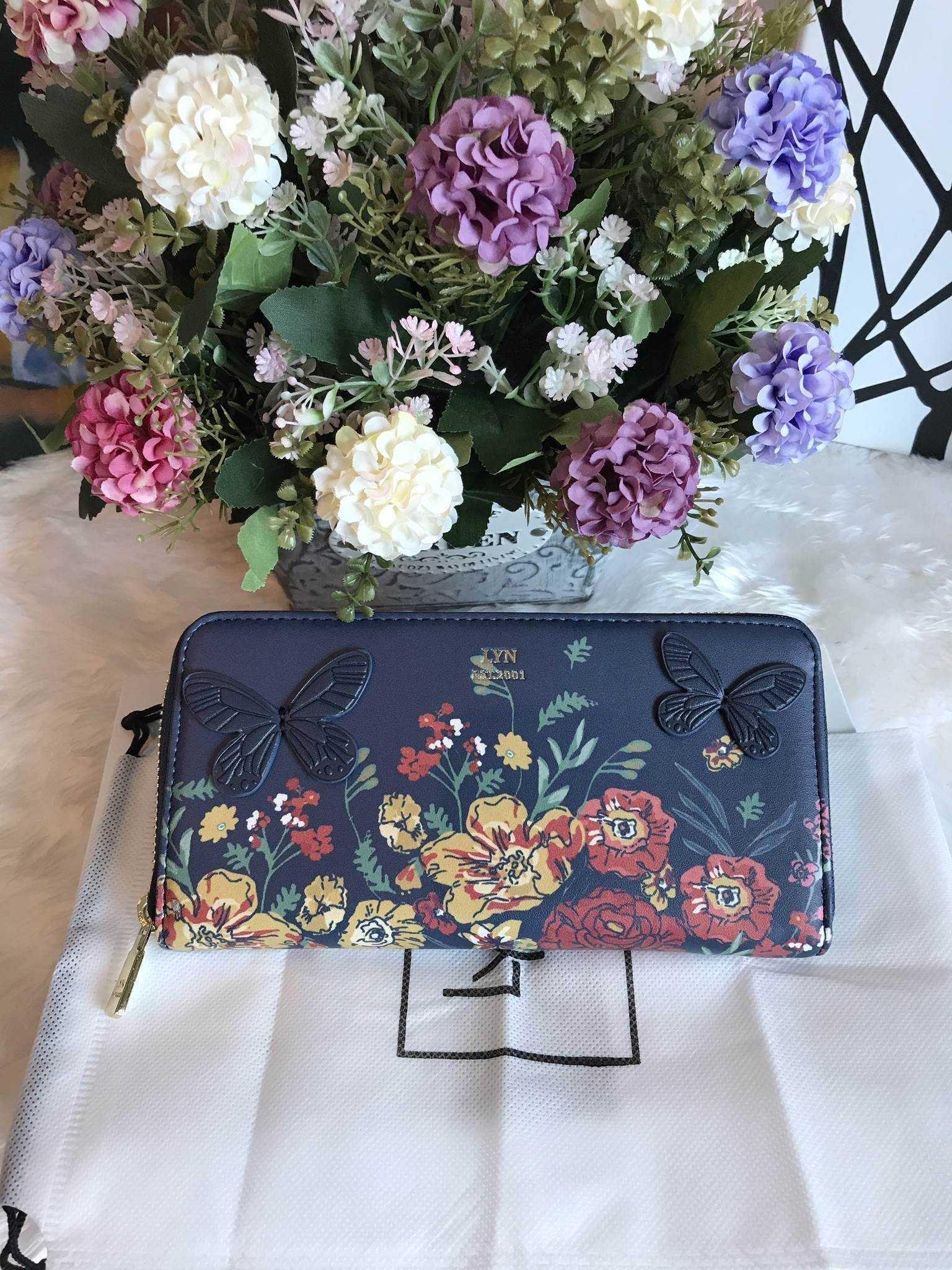 กระเป๋าเงิน ใบยาว ซิปรอบ LYN Clarlynna Long Wallet Bag สีน้ำเงิน ราคา 1,190 บาท Free Ems