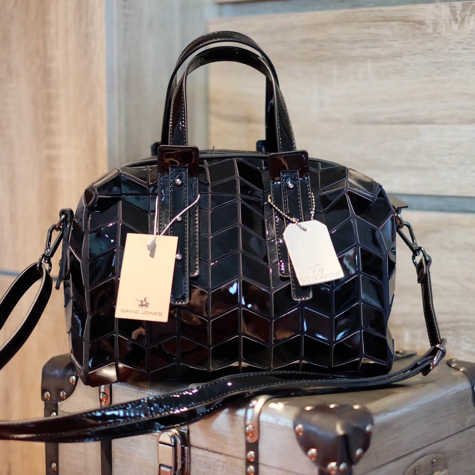 กระเป๋า David Jones กระเป๋าสะพายข้างดีไซน์เกร๋มาก สีดำเงาสวยหรูมาก ขนาดกะลังดีเลย