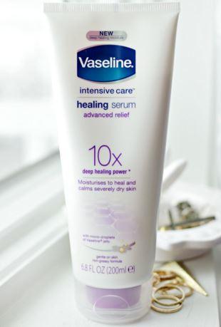 **พร้อมส่ง**Vaseline Healing Serum Advanced Relief 10x Deep Healing Power 200ml. โลชั่นเซรั่มเข้มข้น สูตรนี้สำหรับคนผิวธรรมดา เน้นการปลุกผิวให้ดูมีชีวิตชีวา สุขภาพดี เพราะให้สีผิวไบร์ท สว่างขึ้น ไม่ได้เคลมว่าจะขาวซะทีเดียวนะคะ แต่จะดูกระจ่างใสขึ้น ผิวเนีย