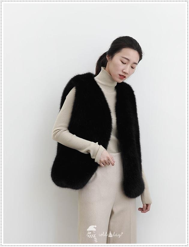 เสื้อกั๊กขนเฟอร์กันหนาว ขนสัตว์แท้ มี 2 สี สีครีม - สีดำ