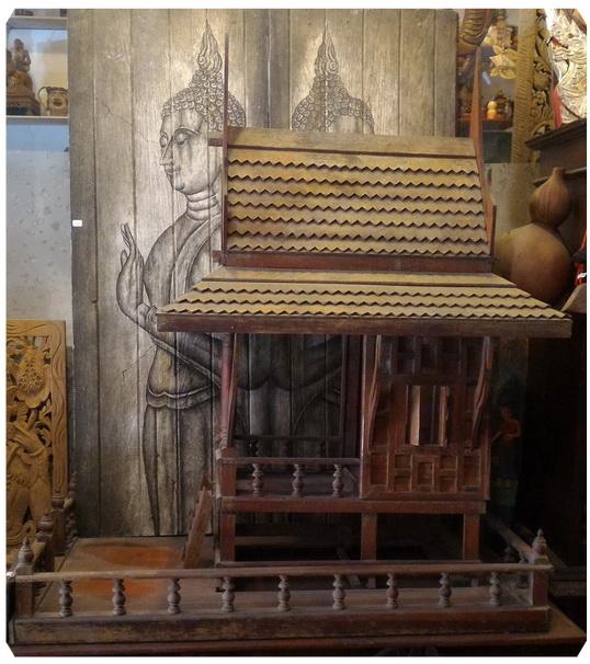 บ้านทรงไทยหรือศาลไม้สักเก่า สูงประมาณ 103 เซนติเมตร