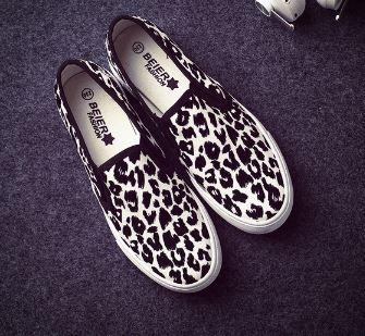 รองเท้าผ้าใบพื้นหนาแบบสวมลายเสือ