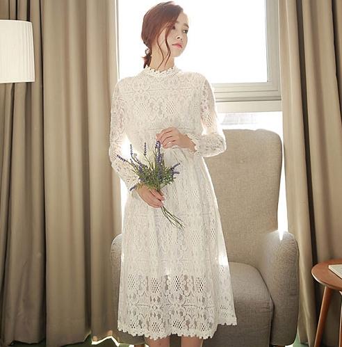 ชุดเดรสยาวสีขาว ผ้าลูกไม้ แขนยาว ทรงตรง พร้อมผ้าผูกเอว