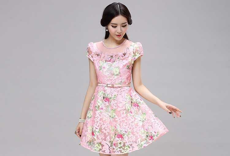 ชุดเดรสออกงาน ชุดไปงานแต่งงานสีชมพูลายดอกไม้ ผ้าลูกไม้สวยหรู ดูน่ารักๆ คอเสื้อประดับคริสตรัล แขนสั้น พร้อมเข็มขัดเข้าชุด สวยเริ่ด