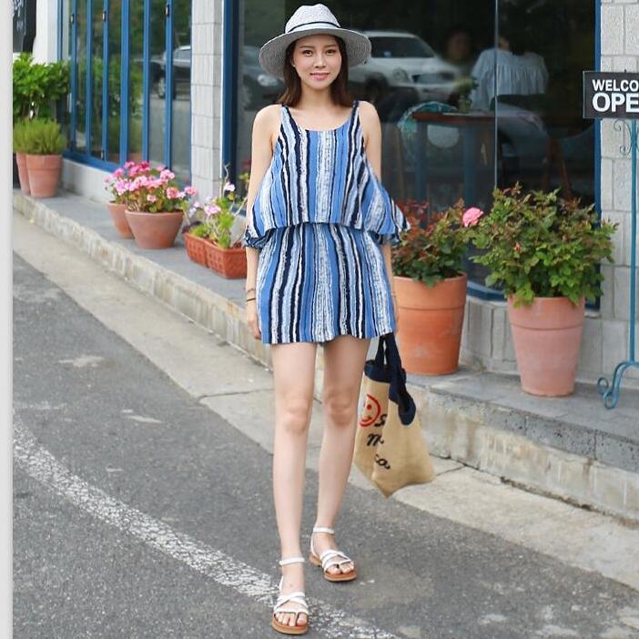 ชุดไปเที่ยวทะเลน่ารัก สดใส จั๊มสูทกางเกงขาสั้นสีน้ำฟ้าลายทางสลับสีดำ ขาว