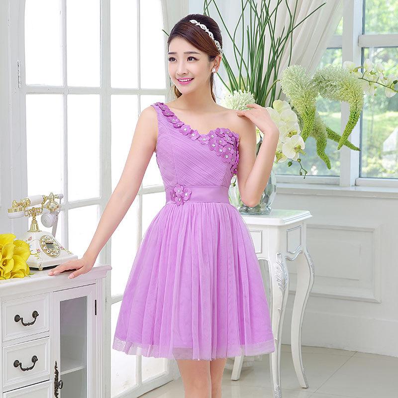 ชุดราตรีสั้นสีม่วงลาเวนเดอร์ ไหล่เฉียง แต่งดอกไม้สวยๆ เป็นชุดออกงานสีม่วง ชุดไปงานแต่งงานสีม่วง งานบายเนียร์ธีมสีม่วง