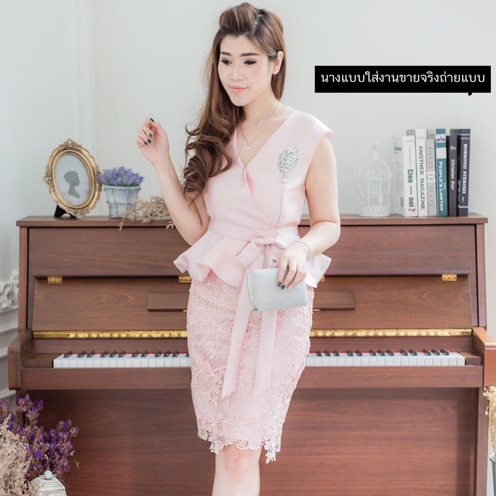 ชุดเดรสสวยหรูสีชมพู ออกงาน ไปงานแต่งงาน ผ้าไหมอิตาลี ทรงเข้ารูป คอวี แขนกุด เ อวระบาย