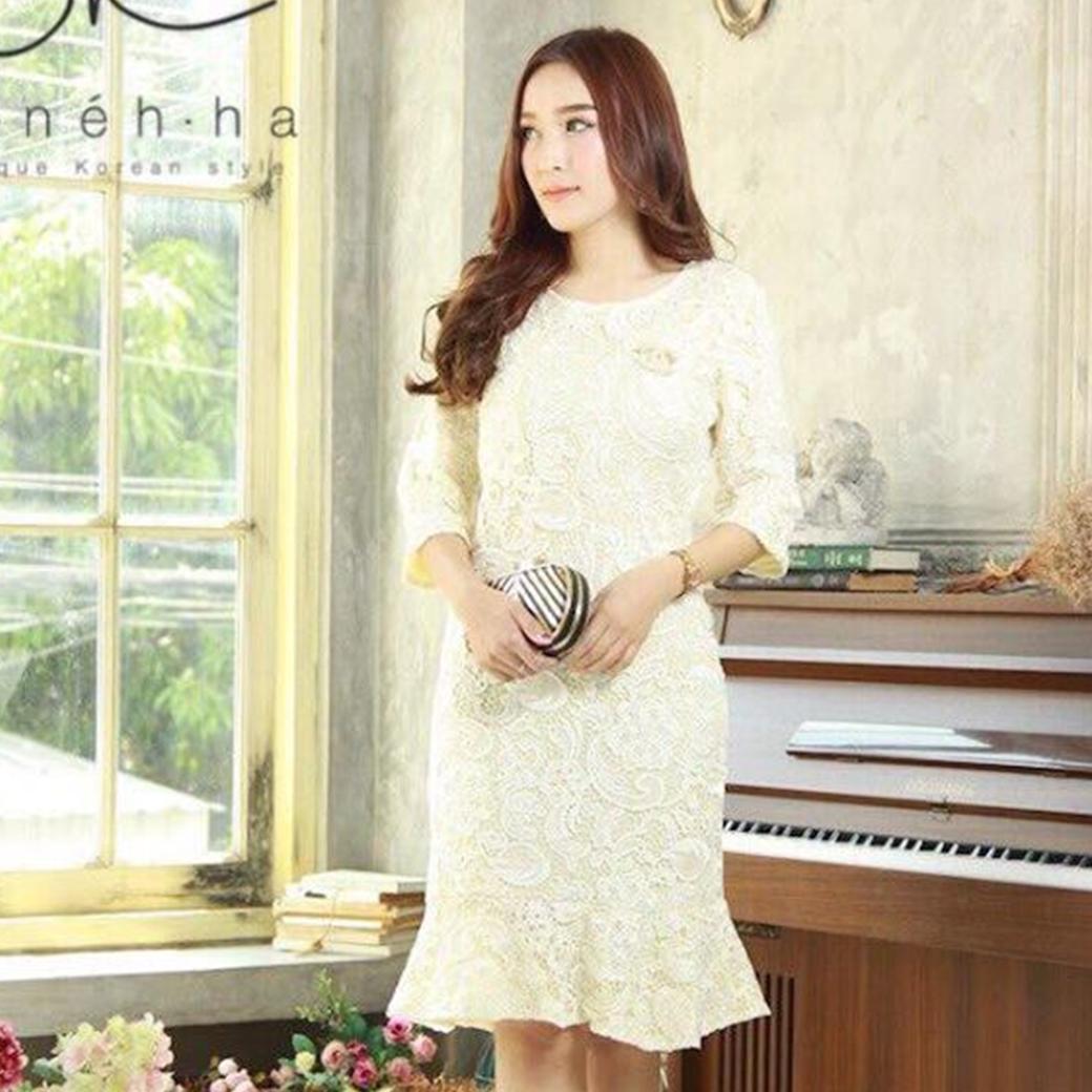 ชุดเดรสลูกไม้สีขาวครีม ทรงเข้ารูป แขนสี่ส่วน แนวเรียบหรู สวยดูดี เหมาะสำหรับใส่เป็นชุดออกงาน ชุดไปงานแต่งงาน