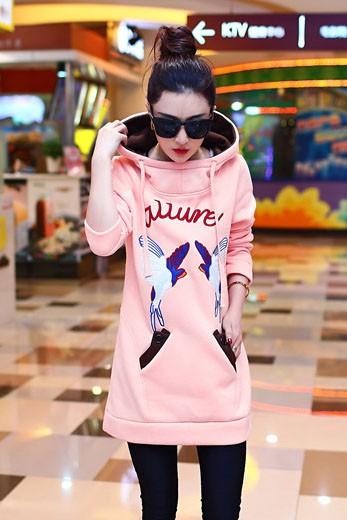 เสื้อกันหนาวผู้หญิงแฟชั่นเกาหลี สีชมพู ตัวยาวคลุมสะโพก ลายนกน่ารัก แต่งซับในฮูทสีน้ำตาล แต่งสายรูด สำเนา