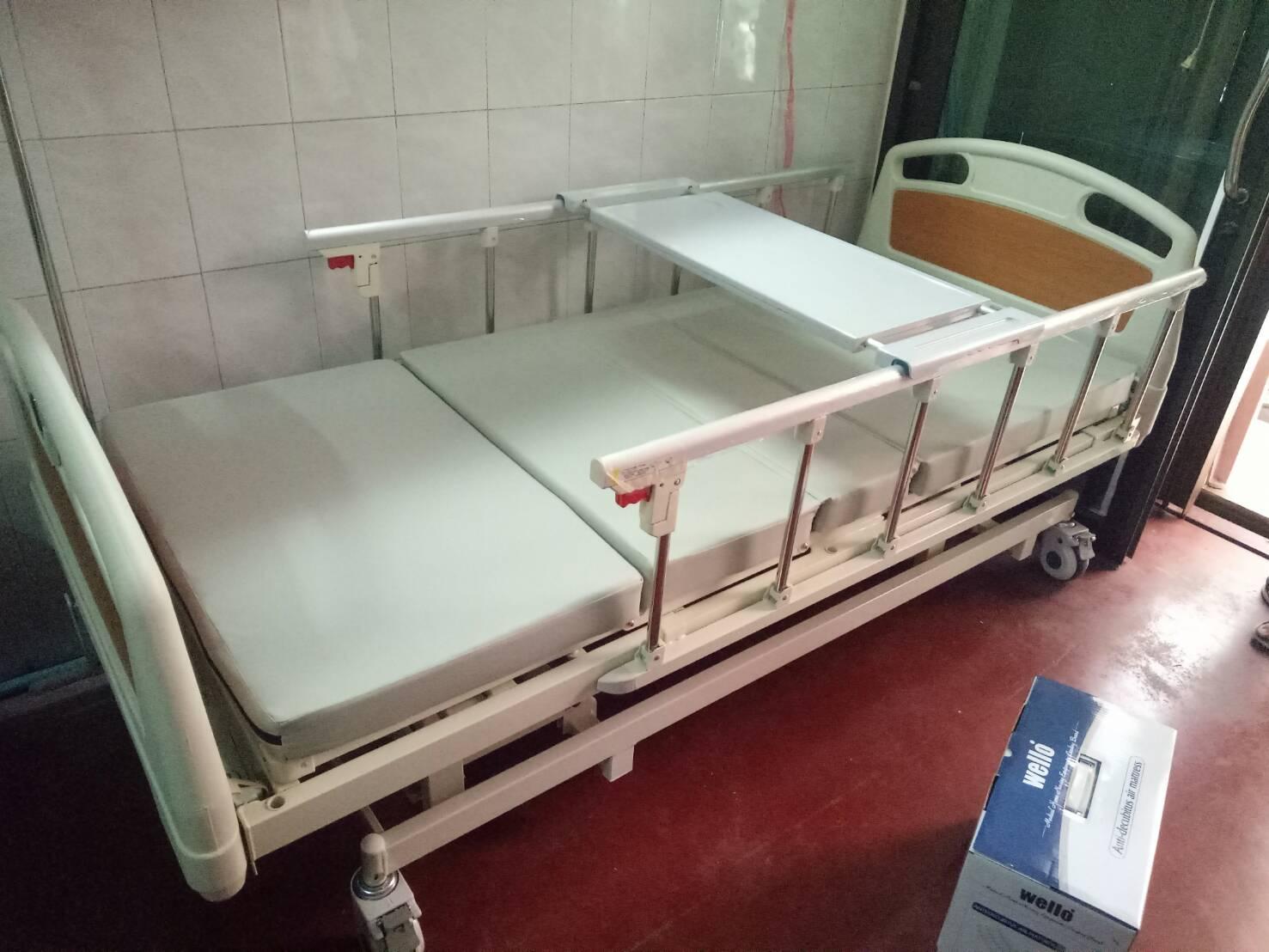 เตียงผู้ป่วย 3 ไกร์ มือหมุน แบบ ABS + เบาะที่นอน 4 ตอน + เสาน้ำเกลือ + ถาดวางอาหาร รหัส MEA04