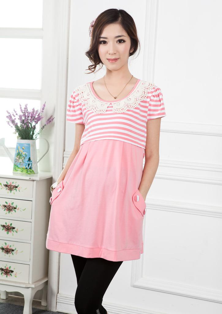 เสื้อให้นม คอบัว แขนสั้นผ้าคอตตอนด้านบนเป็นลายขวางตัวเสื้อมีกระดุมใส่ของทั้ง2ด้านด้านหลังมีเชือกผูก