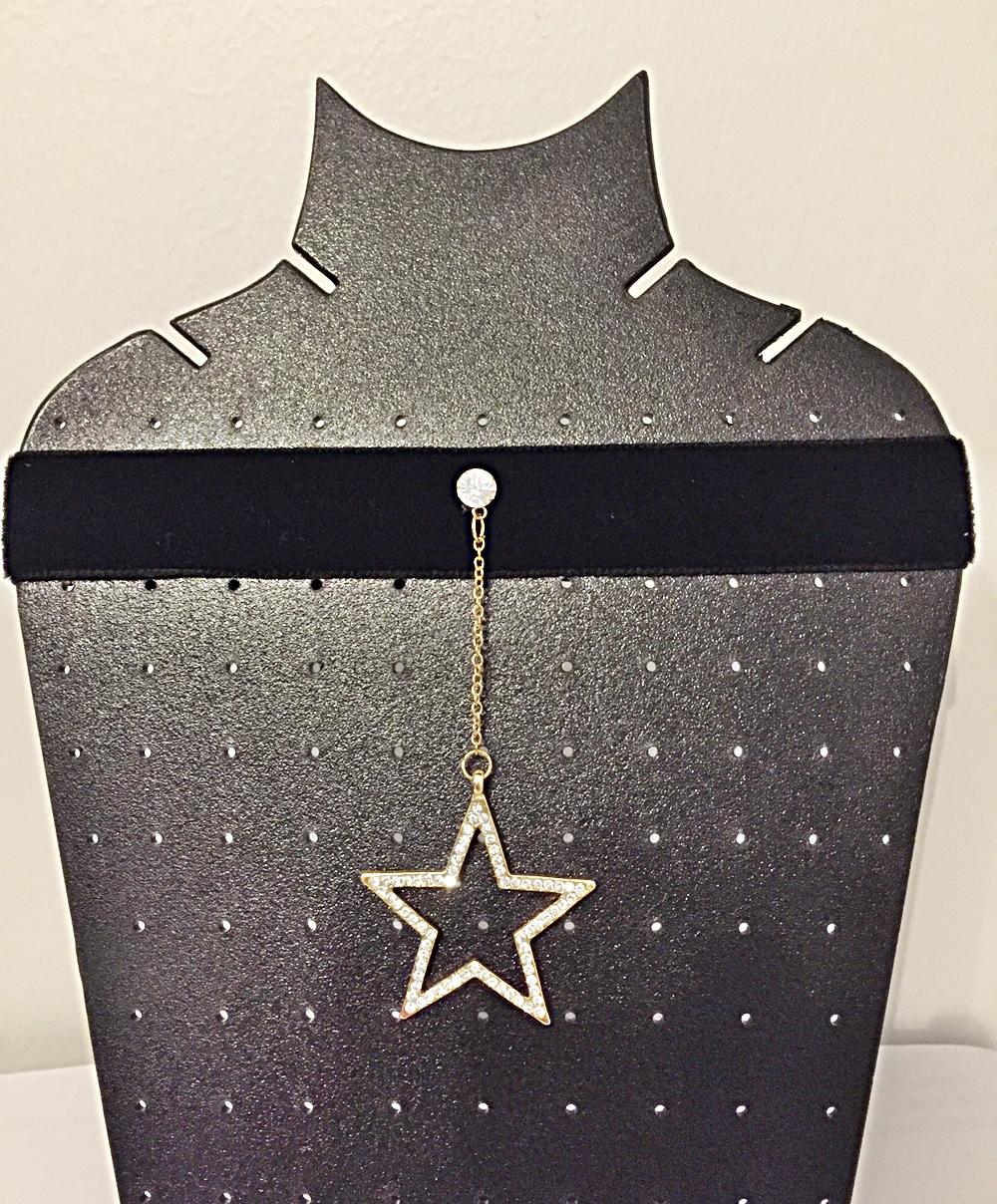 โชคเเกอร์กำมะหยี่สีดำ ขนาดกว้าง 2 นิ้ว พร้อมจี้รูปดาวประดับเพชร งานสวยมาก