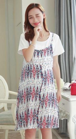 ชุดคลุมท้องและให้นมได้สีแดงลายกราฟฟิก ให้นมโดยถกเสื้อตัวในสีขาวขึ้นตัวในจัสั้นค่ะ ชุดแยกชิ้นกันได้สามารถนำไปใส่แมชกับชุดแบบอื่นได้