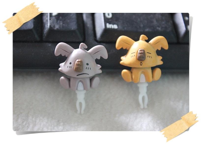 จุกกันฝุ่นมือถือ หมีโคล่าหน้ามึนๆ กวนๆ น่ารักมากๆ สำหรับเสียบกันฝุ่นรูหูฟังและเพื่อความสวยงามสำหรับ iphone samsung htc oppo lg sony nokia asus หรือมือถือที่มีหูฟังขนาด 3.5 มม. / 3.5mm. Anti Dust Earphone Cap Jack Plug