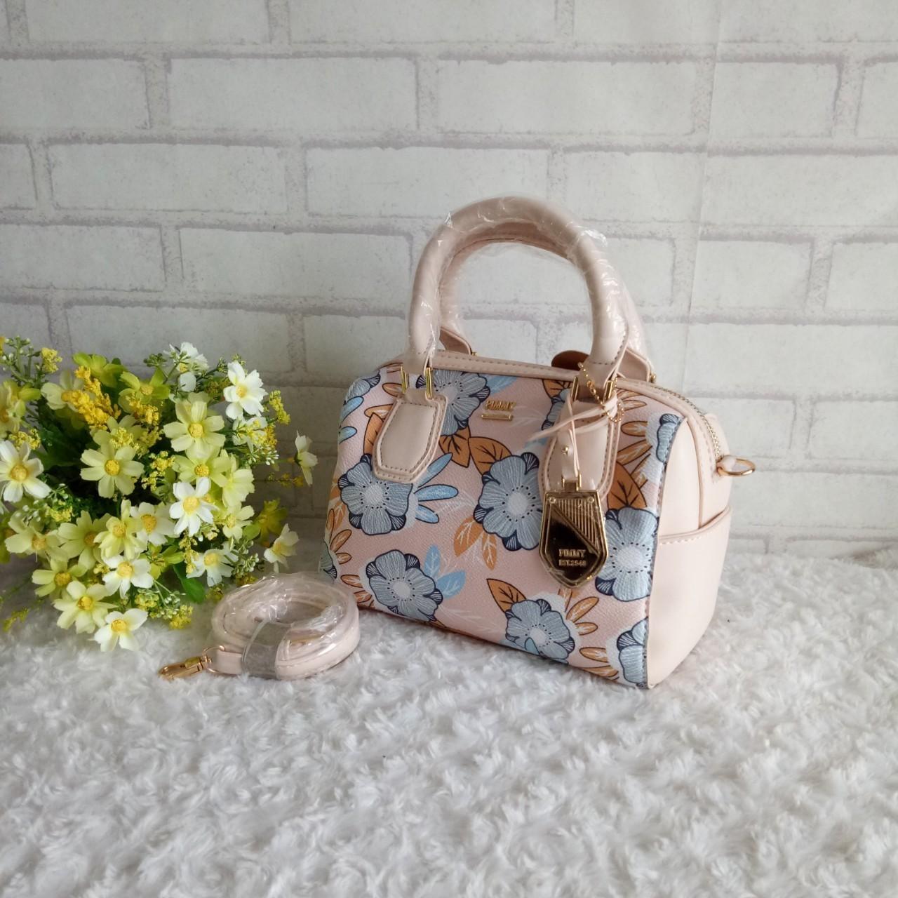 กระเป๋าพิมมี่ทรงหมอนลายดอกสวยๆจ้า ขนาด 9 นิ้ว ด้านใน1 ช่องกว้างๆ มีช่องใส่ของเล็ก 2 ข้างกระเป๋า สายสะพายยาวปรับได้ พร้อมตัวห้อยแบรนด์สีทอง
