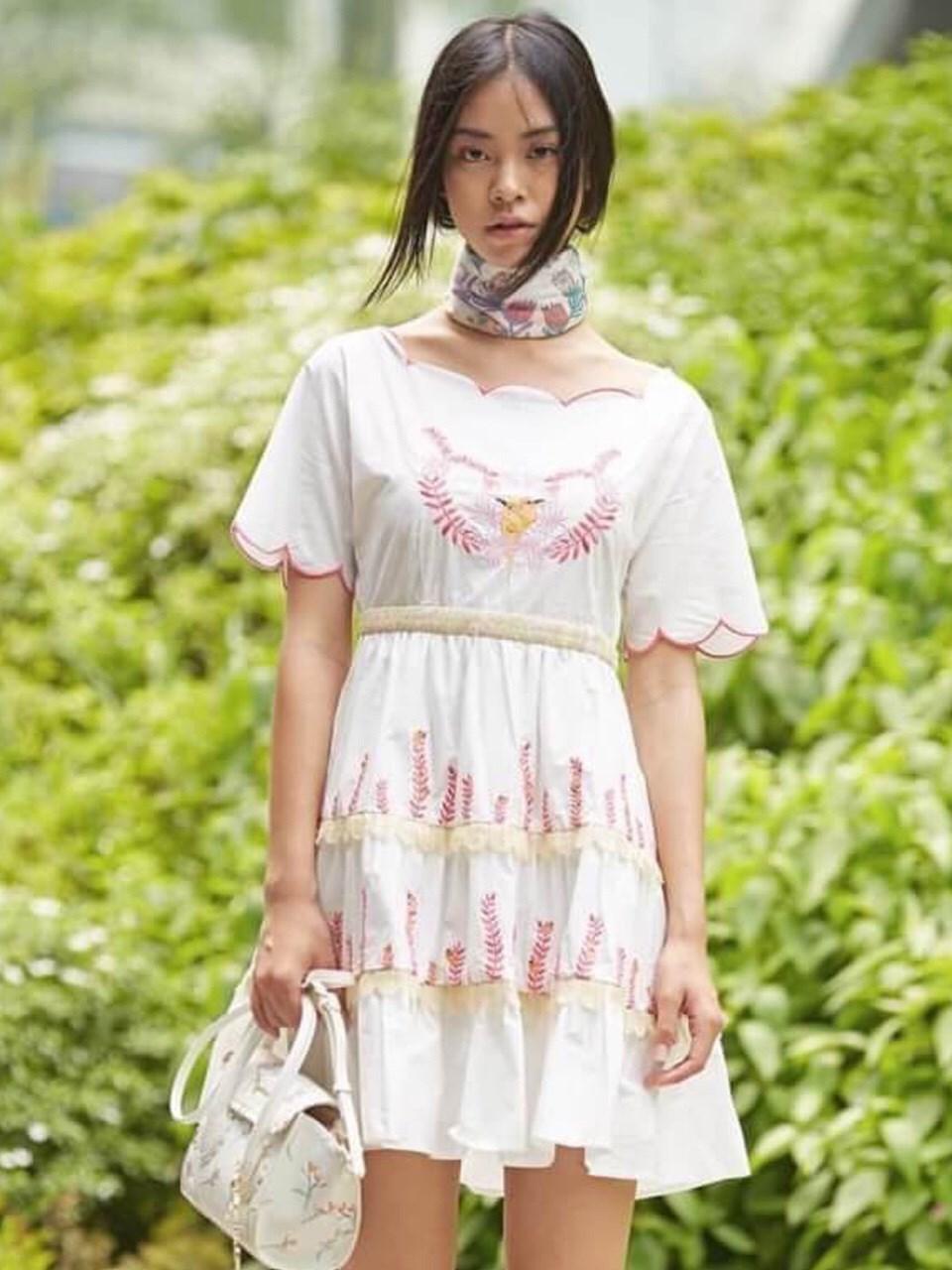 เดรสผ้าคอตตอนสีขาวปักลายสีชมพู