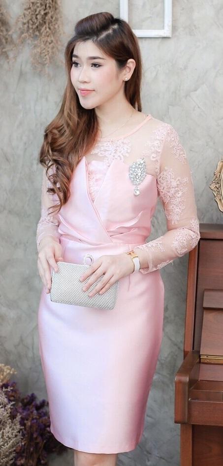 (Size M ) ชุดไปงานแต่งงาน ชุดไปงานแต่งสีชมพู เดรสผ้าไหมทรงไขว้แต่งลูกไม้แขนยาว ด้านบนแต่งด้วยลูกไม้ออแกนดี้สั่งทำพิเศษมีลายดอกไม้ในตัว