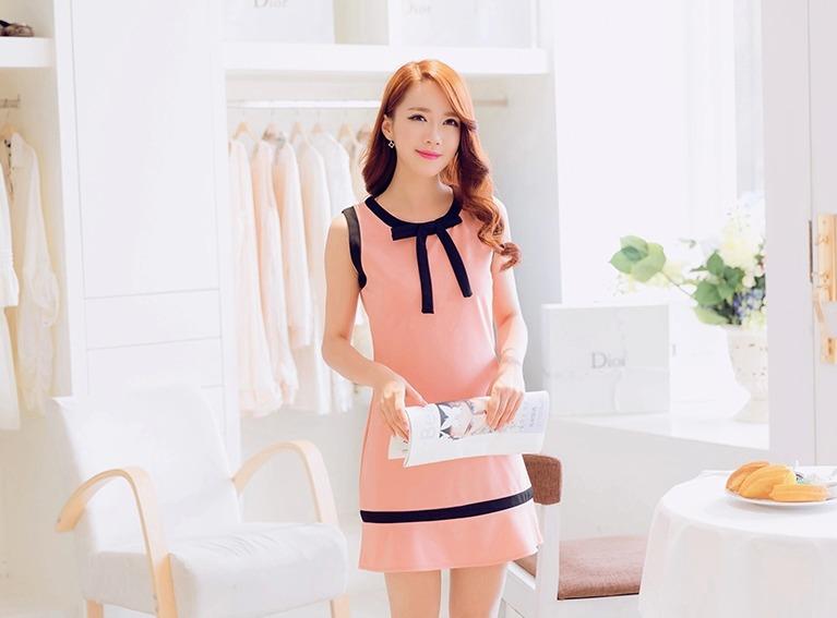 เดรสสั้นเกาหลีทรงแขนกุด สีสวย ดูดี ตกแต่งด้วยโบว์ที่คอเสื้อ เน้นสีเส้นตัดกับสีชุด น่ารักฝุดๆ