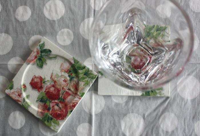 ที่รองแก้ว แพ็คคู่ ลายช่อดอกกุหลาบคลาสสิค มีร่องรองน้ำค่ะ