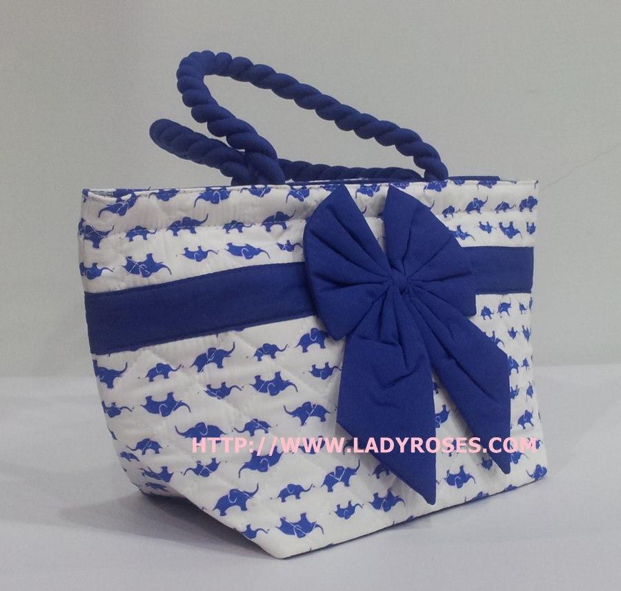 กระเป๋าถือ นารายา Size S ผ้าคอตตอน พื้นสีขาว ลายช้างแม่-ลูก สีน้ำเงิน ผูกโบว์ สีน้ำเงิน สายหิ้ว หูเกลียว (กระเป๋านารายา กระเป๋าผ้า NaRaYa กระเป๋าแฟชั่น)