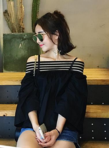 เสื้อแฟชั่นคอกว้าง โชว์ไหล่ มีสีขาวและสีดำ น่ารักสไตล์เกาหลี