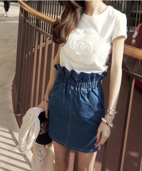 Pre Order - เซตเสื้อ+กระโปรงแฟชั่นเกาหลีคนอ้วน ไซส์ใหญ่ เสื้อยืดสีขาวเย็บดอกไม้ดอกใหญ่ที่หน้าอก กระโปรงยีนส์จั้มเอวสียีนส์เข้ม