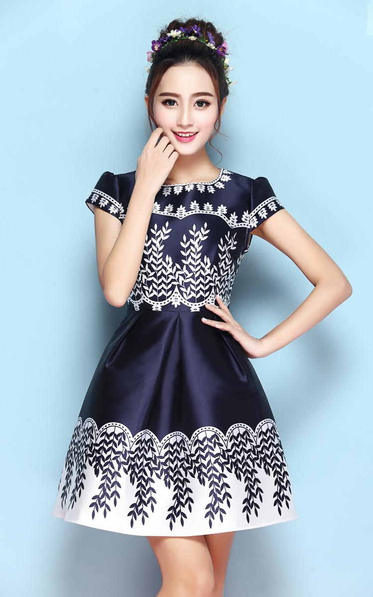 ชุดเดรสน่ารัก ผ้าคล้ายผ้าซาติน เนื้อเงาสวย สีน้ำเงิน พิมพ์ลายใบไม้สีขาว