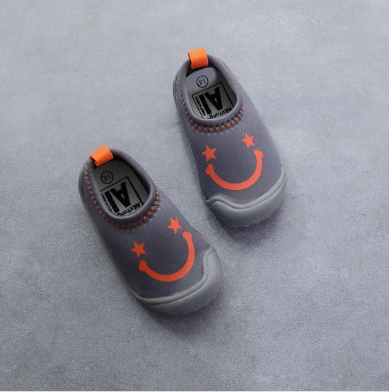 รองเท้าผ้าใบลักยิ้มแบบสวมผ้านุ่ม สีเทา