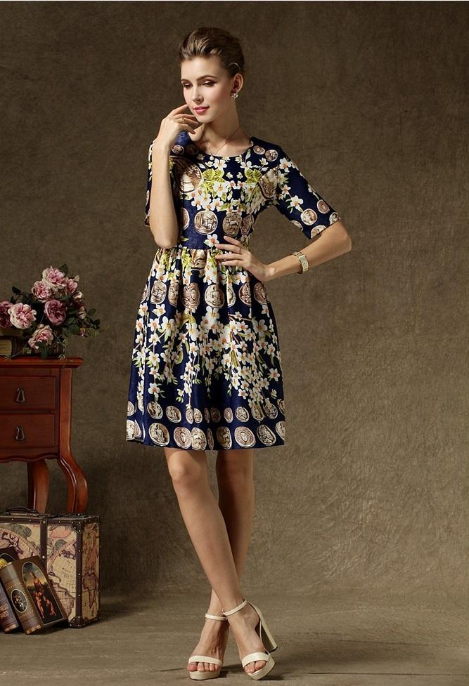 ชุดเดรสสุดหรู ผ้าซาตินเนื้อเงา พื้นสีน้ำเงิน ลายรูปเหรียญหน้าคน และดอกไม้โทนสีชมพู