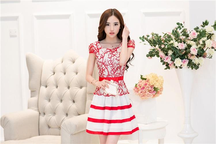 ชุดเดรสสวยๆ ตัวเสื้อผ้าโปร่ง ปักลายเส้น สีแดง แขนสั้น