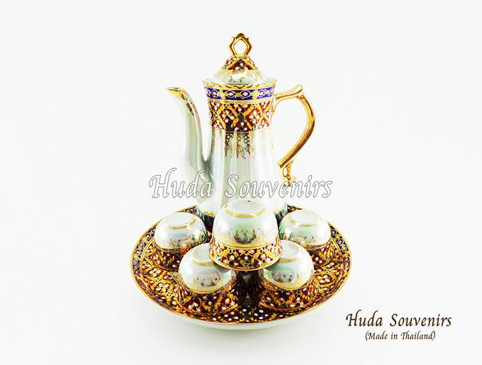 ของที่ระลึกไทย ชุดน้ำชาเบญจรงค์ กากนก ขนาดกลาง เบญจรงค์ลายเนื้อนูนเคลือบมุข สินค้าพร้อมส่ง (ราคารวมกล่อง)