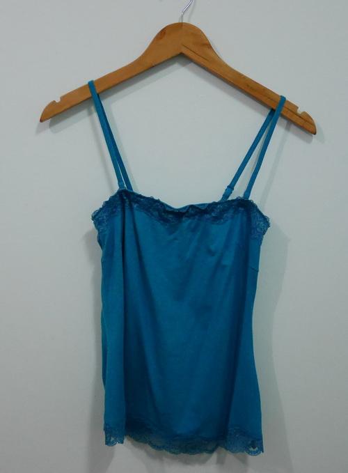 jp4075 เสื้อกล้ามผ้ายืดสีเขียว แต่งผ้าลูกไม้ uniqlo รอบอก 30-33 นิ้ว